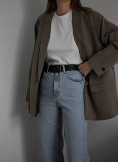 Princess Diana was queen of style. Wondering how to dress like her? Check how I recreated one of Princess Diana outfits. Blazer Outfits, Casual Outfits, Cute Outfits, Fashion Agency, Sweatshirt Outfit, Business Outfits, Minimal Fashion, Princess Diana, Everyday Outfits