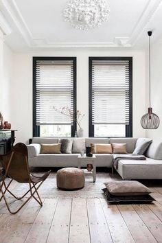 Rust met zachte tinten en toch stoere elementen en contrasterende kleuren zoals de zwarte kozijnen en schouw #luxurylivingroomdesigns