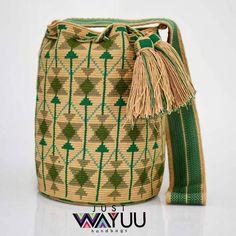 Just Wayuu ( Tapestry Bag, Tapestry Crochet, Crochet Purses, Crochet Bags, How To Make Handbags, Slow Fashion, Bucket Bag, Purses And Bags, Hippie Bohemian