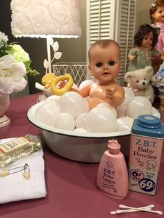 IT'S BATHTIME!!! Sweet baby from the 50's in a vintage porcelain-enamel wash pan❤️