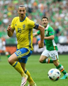 Sweden's forward Zlatan Ibrahimovic (L) runs with the ball beside Ireland's midfielder Wesley Hoolahan during the Euro 2016 group E football match between Ireland and Sweden at the Stade de France stadium in Saint-Denis, near Paris, on June 13, 2016. / AFP / JONATHAN NACKSTRAND