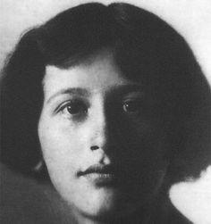 Simone Weil ( 1909-1943) Escritora francesa. Perteneciente a una familia de la burguesía judía, fue discípula del filósofo Alain y enseñó filosofía en la Escuela Normal Superior (1931-1934). Convencida de que para comprender las luchas obreras hay que compartir las condiciones de vida del proletariado, abandonó la enseñanza y, de 1934 a 1935, fue obrera de las fábricas Renaul. Al estallar la guerra civil española, acudió al frente de Barcelona, donde luchó al lado de los republicanos.