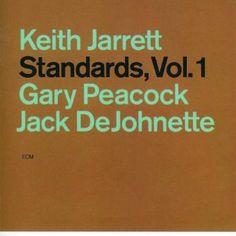 キース・ジャレットは、70年代に即興ソロでワン・アンド・オンリーな世界を築きあげた。そのキースがスタンダード曲ばかりを集め、ピアノトリオで演奏したのが本作だ。 メンバーは、ゲイリー・ピーコック(B)とジャック・デジョネット(Ds)。77年、ゲイリー・ピーコックのリーダーアルバム『テイルズ・オブ・アナザー』でそろった、オールスター的ピアノトリオである。それぞれがスタンダードとは距離を置く、オリジナル曲の演奏が多い革新的なジャズメンだ。そんな顔ぶれでのスタンダードの演奏に、当時のファンは驚いた。だがその後15年以上も、このユニットの活動は続いている。 本作では、ジャズ界最高ともいえるテクニックとアイデアで、半世紀以上も演奏され続けてきたスタンダードナンバーに、新たな風を吹き込んでいる。彼らのリリースする作品は、ほとんどがライヴ演奏だ。その原点となるスタジオ録音の本作こそ、最高傑作との声が高い。