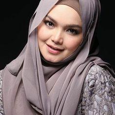 Repost @tv3malaysia -  Penyanyi tersohor negara Datuk Siti Nurhaliza kini dikhabarkan diuruskan oleh 2 pengurus? Biar Datuk Siti sendiri jelaskan.. Layan! MBuzz yang akan bersiaran selama 2 minit  setiap Selasa Rabu Khamis jam 9.00 malam di TV3 dan 10.30malam di TV9
