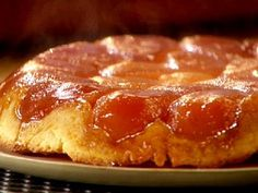 The tarte tatin: the real recipe: Tart made with fondant and caramelized apples, the tarte tatin has become a great classic in French pastry. We invite you to discover the real recipe for the Tatin sisters' pie. Snack Recipes, Dessert Recipes, Cooking Recipes, Desserts Français, Cinnamon Cream Cheeses, Ice Cream Recipes, Food Network Recipes, Sweet Tooth, Cupcakes