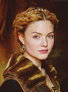 WOT inspiration: / Holliday Grainger as Lucrezia Borgia in The Borgias (TV Series) Les Borgias, Costume Renaissance, Italian Renaissance, Renaissance Hairstyles, Lucrèce Borgia, Holiday Grainger, We Are The World, Movie Costumes, Redheads