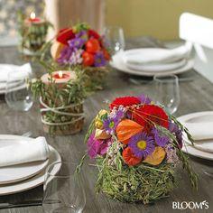 Herbstlicher Tischschmuck: Gesteck mit Grashülle