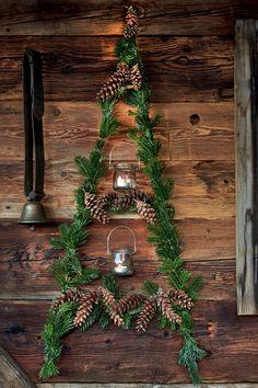 Sieht das nicht toll aus? 😍 Aus Tannenzweigen und Windlichtern kreieren wir eine weihnachtliche Wanddeko für draußen 🌲 Und das geht sogar super einfach! In unserem Artikel verraten wir dir, wie 🙌 #diy #weihnachtsdeko #natürlich #wanddeko #draussen Minimal Christmas, Gold Christmas, Christmas Design, Christmas Ornaments, Tumblr History, Art History, St Patricks Day History, Period Movies, Period Dramas