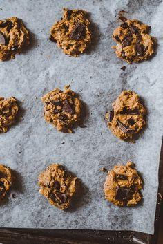 Banaani-maapähkinäkeksit. Vegaani Cookies, Chocolate, Desserts, Food, Crack Crackers, Tailgate Desserts, Deserts, Chocolates, Eten