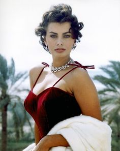 Italian actress, Sophia Loren - considered one of the most beautiful actresses of Hollywood in the and Glamour Hollywoodien, Old Hollywood Glamour, Hollywood Cinema, Old Hollywood Actresses, Vintage Hollywood, Classic Hollywood, Divas, Timeless Beauty, Classic Beauty
