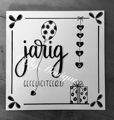 Handletteren verjaardag. Birthday Presents, Birthday Wishes, Birthday Cards, Birthday Parties, Zentangle, Handlettering Happy Birthday, Handlettering For Beginners, Diy And Crafts, Paper Crafts
