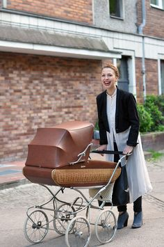 Mama-Streetstyle from berlin! We love her smile :-) More amazing fotos from Julia you can find on our Blog:  http://hauptstadtmutti.de/streetstyle-mom/moderner-lebensstil-hinterm-retro-kinderwagen