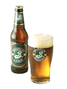 """Esta é a principal cerveja da Brooklyn Brewery, a premiada Brooklyn Lager apresenta uma coloração âmbar, um bom início maltado e um fino amargor e aroma floral resultante dos lúpulos usados. As qualidades aromáticas são aprimoradas pelo """"dry-hopping"""", a secular técnica de maceração com lúpulos frescos com uma longa e fria maturação. O resultado é uma cerveja maravilhosamente saborosa, suave, refrescante e muito versátil com a comida."""