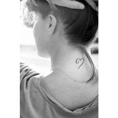 Tatouage nuque coeur