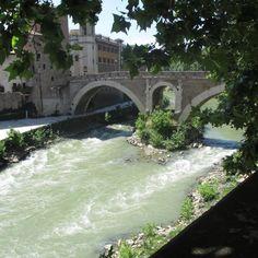 Visit the Ponte Fabricio in Rome, Italy  Míʟɑɢʟøt / www.milaglot.com