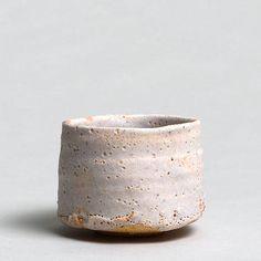 """TSUJIMURA TSUJIMURA, Shirô 1947 Shino chawan - Teabowl shino-Type White shino-glaze Signed: """"shi"""", carved into base. Japan, Nara"""