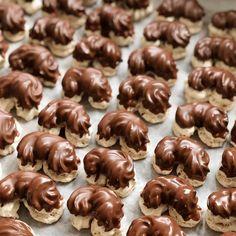 Christmas Sweets, Mini Cupcakes, Sweet Tooth, Almond, Stuffed Mushrooms, Food And Drink, Vegetables, Desserts, Globe