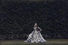 Die Gärten von Florenz eignen sich perfekt für die Shootings. Auch Eleonora Carisi hat diesen Ort für einige Looks gewählt.