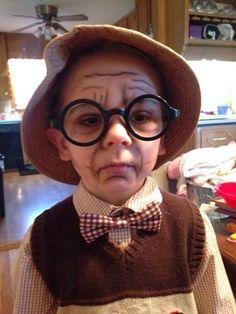 Met bruine en witte schmink maak je van een jong koppie zó een ouder gezicht. De bril maakt het plaatje af.