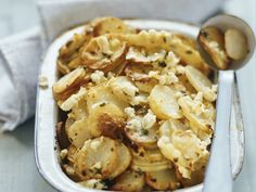 Bratkartoffeln mit Feta | Zeit: 25 Min. | http://eatsmarter.de/rezepte/bratkartoffeln-mit-feta