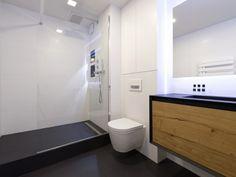 Afin de moderniser et de rendre plus fonctionnelle leur salle de bains, les propriétaires de cet appartement parisien ont opté pour une déco chic et sobre à la fois. Le noir et le blanc sont ... #maisonAPart