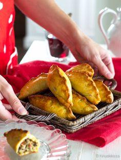 Empanadat ovat lähtöisin Espanjasta ja ne ovat sittemmin levinneet laajalti espanjankielisiin maihin. Empanada kätkee sisälleen erilaisia täytteitä merenelävistä chorizo-makkaraan ja muuhun lihaan. Täytteessä voi olla mukana esimerkiksi tomaattia, sipulia, valkosipulia ja kananmunaa. Paikallisia variaatioita riittää loputtomiin, tässä yksi sellainen. Tämä ohje korvaa aiemmin sivustolla esiintyneen empanadaohjeen. Vinkki: Kellertäviä maissijauhoja saa mm. isoista ruokakaupoista, ekokaupoista…