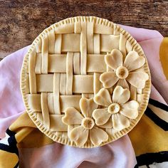 A tisket, A tasket, flowers in a basket. I started the weave on this apple pie, and the seven-year-old in me got super excited for big bold flowers in a basket—just what I always wished I had strapped to the front of my bicycle 🌸 Pie Crust Recipes, Pastry Recipes, Pie Dessert, Dessert Recipes, Beautiful Pie Crusts, Pie Crust Designs, Pie Decoration, No Bake Pies, Food Crafts
