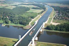 ドイツのエルベ川をまたいで2つの運河を結び合わせた水の橋を渡る船。なんかシュールなこの一枚、川と運河が完全に立体交差しちゃってま...