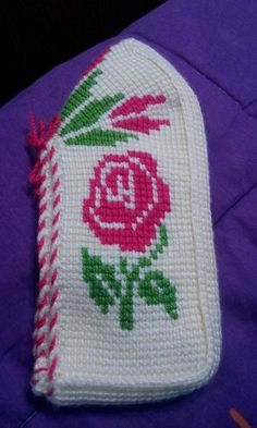This Pin was discovered by Fer Peacock Crochet, Knitted Slippers, Crochet Shawl, Diy And Crafts, Beanie, Panda, Socks, Knitting, Hats