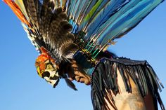 """""""Pow-Wow"""" on Oct. A reveler prepares to dance during a Pow-Wow celebrating the Indigenous Peoples Day Festival in Randalls Island, New York. The festival promotes Native American culture & history. Thanksgiving Parade, Pictures Of The Week, Cool Pictures, Cool Photos, Interesting Photos, Lower East Side, South Dakota, Happy Columbus Day, New York October"""