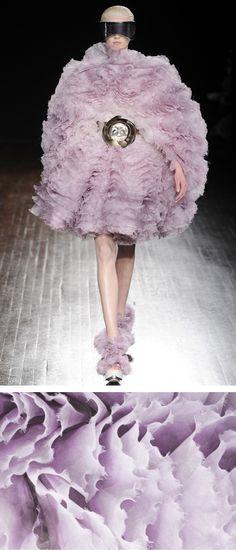 See Alexander McQueen ready-to-wear autumn/winter at Paris Fashion Week Fashion Art, High Fashion, Fashion Show, Fashion Design, Couture Fashion, Elite Fashion, Net Fashion, Weird Fashion, Fashion Pics