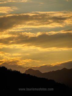 Ganz tolles Abendlicht beim Blick von Ebbs / Tirol aus auf den Wendelstein in Bayern. Celestial, Sunset, Outdoor, Pictures, Bayern, Stones, Outdoors, Sunsets, Outdoor Games