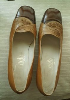 A PAIR OF VINTAGE LADIES COURT SHOES. ITALIAN HAND MADE LEATHER, CLEAN AND GOOD FRESH ODOUR. SIZE 39/US 6-6.5.