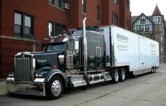 Kenworth W-900. Probably my favorite modern classic available today. This is Semi truck perfection. ☺