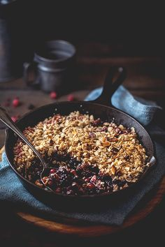 Discover recipes, home ideas, style inspiration and other ideas to try. Berry Crumble, Dessert Aux Fruits, Vegan Kitchen, Waffle Recipes, Healthy Fruits, Breakfast Bowls, Afternoon Snacks, Healthy Cooking, Smoothie Recipes