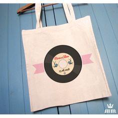 Tote bag mariage Rockabilly, idéal comme cadeau pour vos témoins, invités ou lors d'un enterrement de vie de jeune fille (EVJF)... Ce tote bag personnalisé est un souvenir original à conserver.