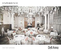 O hotel Plaza Athénée reserva experiências gastronômicas inesquecíveis para casais apaixonados. O restaurante Alain Ducasse, comandado pelo chef homônimo, é localizado entre a avenida Champs-Élysées e a Torre Eiffel. Os destaques ficam para a decoração composta por lustres com mais de 10 mil cristais.