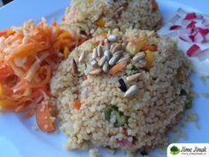 Kuskus se zeleninou. Kuskus je jedna z rychlovek, které jsou hotové do 15 minut. Hlavní jídla,  #cibule #dětiod18měsíců #fitstrava #fitnessstrava #jarnícibulka #kuskus #mrkev #oběd #originalJJ #rychlovka #sezam #sezónaléto #večeře #vegan #veganství #vegetariánskérecepty #vegetariánství Chapati, Tofu, Grains, Food And Drink, Rice, Bulgur, Seeds, Laughter, Jim Rice