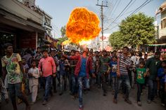 """""""Esta foi tirada no último dia de Moharram, o mês sagrado do luto, em Lucknow, Índia. Neste dia, a juventude pode ser visto exibindo sua bravata com chicotadas seus corpos com lâminas, soprando fogo e quebrando bastões de vidro em suas cabeças"""