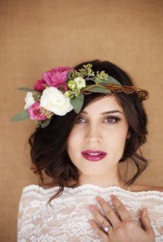 Peinado de novia con corona de flores www.entrebodayboda.com #coronadefloresparanovia #peinadosdenovia #lookdelanovia