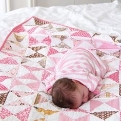 Such a lovely hourglass quilt made with Lori Holt's Daisy Cottage collection! #iloverileyblake