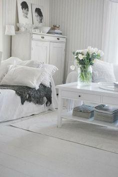 All-white (with a little grey) Scandinavian living room. | Julias Vita Drömmar