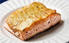 Ingredientes Receta para 4 personas Salmón rosado…4 filets medianos Papa blanca…500 grs. Manteca…c/n Sal y pimienta…c/n Zanahoria…8 unidades grandes Tomillo…c/n Aceite de oliva…c/n Procedimiento