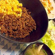そぼろ丼、カボチャとベーコン、エリンギの炒めものチーズのっけて。ほうれん草とまいたけのお味噌汁、サラダ。 - 10件のもぐもぐ - そぼろ丼 by Naaaoh70