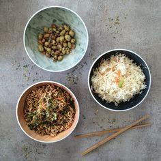 Serveren in stijl doe je met de schalen van ZakDesigns. Deze schalen maken het serveren makkelijk voor op de camping of barbeque. De schalen zijn gemaakt van melamine: een kunststofsoort die bijna onbreekbaar is. Serveer vanaf nu je favoriete gerechten in de ZakDesigns Osmos Schalen! Curry, Barbecue, Ethnic Recipes, Food, Camping, Design, Products, Campsite, Curries
