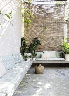 Terrasse mit besonderen Stoffen in Pastell. Mehr sommerlich leichte Inspiration gibt's auf decohome.de