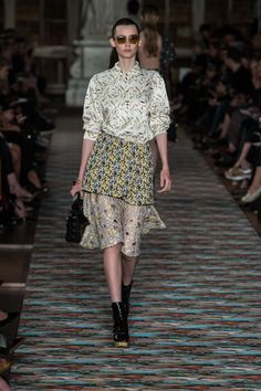 Catwalk photos and all the looks from Christian Dior - Pre Spring/Summer 2017 Ready-To-Wear Paris Fashion Week Dior Fashion, Fashion Wear, Fashion 2017, Runway Fashion, Fashion Show, Fashion Design, Paris Fashion, Christian Dior, Resort 2017
