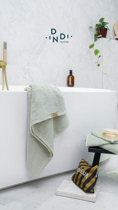Zacht, stijlvol en gezellig. Zo stap je altijd met het juiste been uit bad. #dindihome #createthelook Bath Mat, Bathroom, Interior, Inspiration, Design, Home Decor, Washroom, Biblical Inspiration, Decoration Home