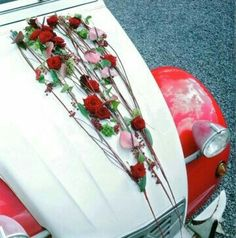 Dramatic design with a clever attachment Wedding Car Decorations, Wedding Cars, Bridal Car, Flower Car, Music Images, Floral Design, Art Floral, Wallpaper Backgrounds, Wedding Flowers