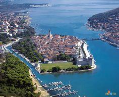 Trogir, Croatia. Croacia, oficialmente la República de Croacia (en croata: Republika Hrvatska), Hrvatska AFI: [xř̩.ʋaː.ʦkaː]), es una república democrática parlamentaria, miembro de la Unión Europea. Su capital y ciudad más importante es Zagreb.